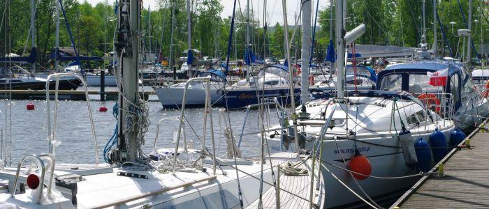 Marina Pogoń powoli zapełnia się jachtami
